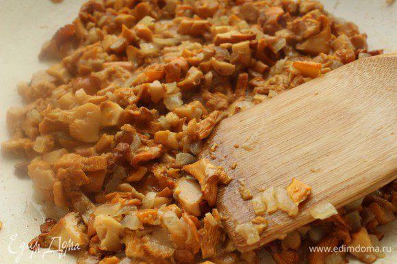 Лук порубить мелко и слегка обжарить на оливковом масле, затем добавить мелко порезанные грибы и жарить, пока не выпарится лишняя жидкость.