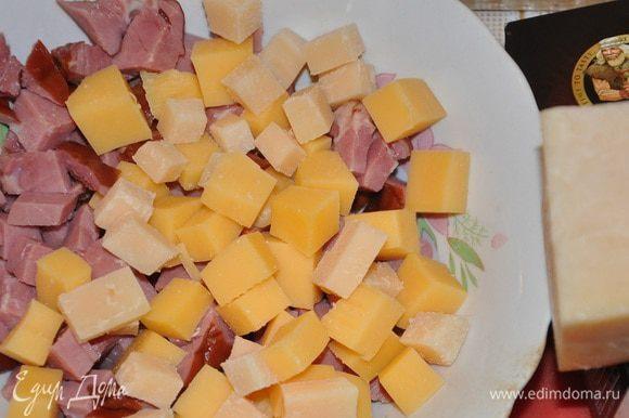Мясо и сыр нарезать, разложить на корже