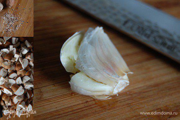 Грибы нарезать небольшими брусочками, чеснок раздавить широкой стороной ножа, мускатный орех – натереть.