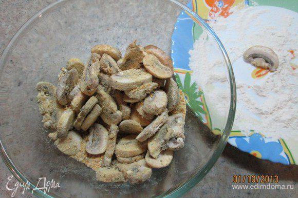 Лавровый лист, черный перец, гвоздику истолочь в ступке, добавить к сухарям. Грибы выложить в миску с сухарями, перемешать, чтобы грибы были покрыты сухарями со всех сторон.