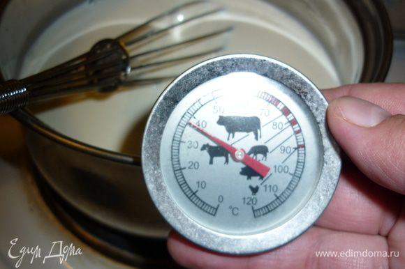Молоко выливаем в кастрюльку. У меня было жирное молоко и комнатной температуры. Из молока меньшей жирности тоже получится йогурт, но уже питьевой, жидкий и с сывороткой((((. Молочко прогреваем не больше чем до 40 градусов, но не меньше, чем 36. Тут меня выручил щуп для приготовления мяса в духовке. Интересная вещь. Я еще и варенье с ним варю.