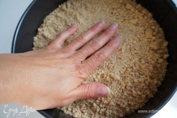 Выложить крошку в разъемную форму и слегка утрамбовать рукой. Поставить в разогретую до 180 гр. духовку на 15-20 минут. Выпекать до золотистого цвета. После выпечки достать из духовке и дать остыть.