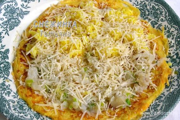 А можно и так, на одну часть блинчика положить рыбу с овощами, а на другую – рис и сверху сыр. Свернуть.