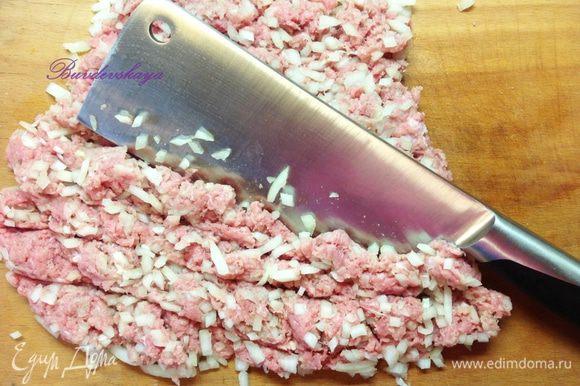Луковицу вымыть, очистить и нарезать мелко-мелко. Соединить мясо и лук, выложить на разделочную доску и порубить их вместе большим ножом. Посолить, поперчить, добавить листики тимьяна.