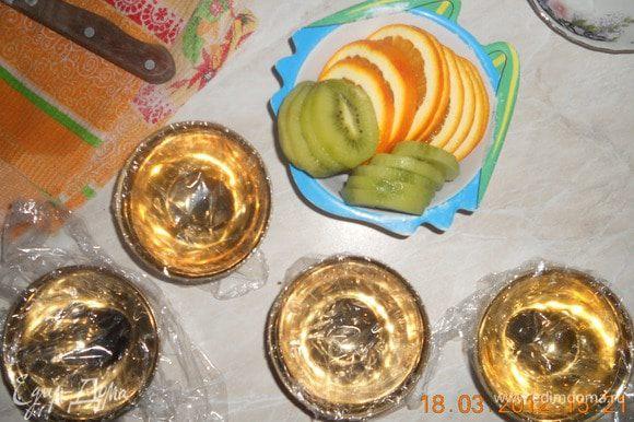Нарезать фрукты кружочками, взять маленькие чашечки сложить туда по форме корзинки, растопить сахар а полить каждую, убрать на 20 мин. в морозилку.
