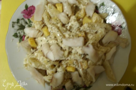 Разложить по тарелкам, сверху положить кусочки отваренной рыбы и посыпать базиликом.