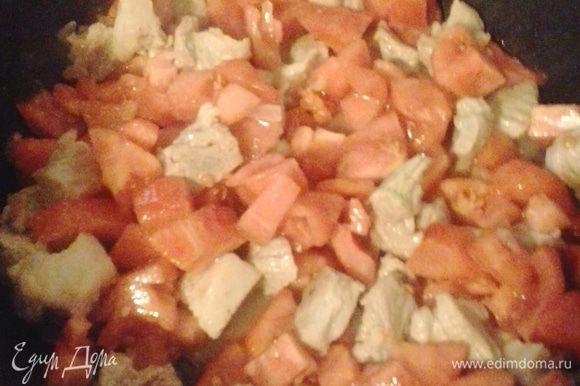 К мясу добавляем очищенные от кожуры и порезанные кубиком помидоры, тушить еще 5 минут.