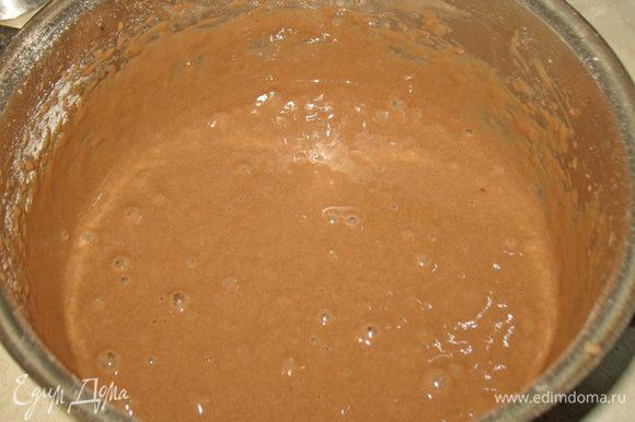 Муку с какао добавить к взбитым яйцам с сахаром. Все аккуратно перемешать
