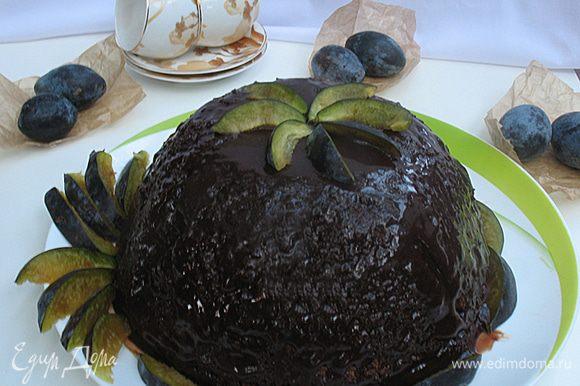 Покрыть глазурью торт и украсить по желанию.