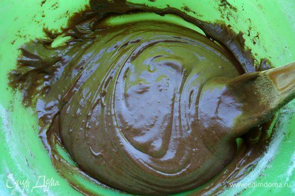 Муку просеять и добавляя по немного замесить тесто.