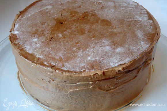 Бока торта обмазать кремом.