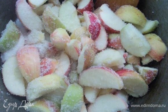 Яблоки порезать и пересыпать сахаром, оставить на 2 часа,пока не выделится сок.