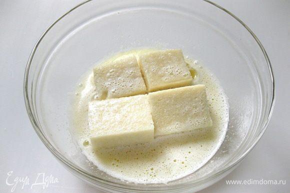Кусочки хлеба выложить в сахарно-молочную смесь и дать хорошо пропитаться. Периодически переворачивать кусочки хлеба.