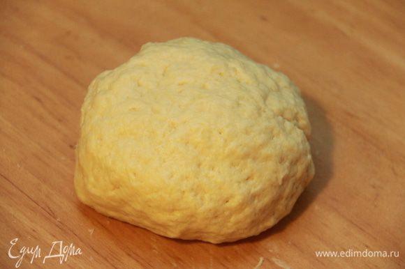 Смешать муку, картофель, яйцо, пармезан, дрожжи, соль, сахар и замесить тесто. Оставить тесто на подъём в тёплом месте на 1-1,5ч.