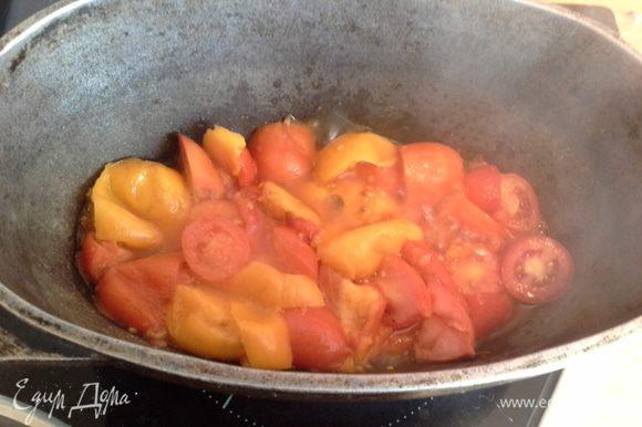 Готовлю соус: помидоры режу и кладу в толстостенную посуду выпариваться. Это заняло у меня 30 мин. Затем протираю через сито, немного солю и добавляю 1ч.л. оливк масла.