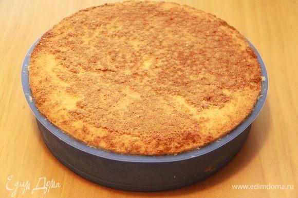 Теперь складываем коржи: самым первым кладём верхний корж простого бисквита, затем половину кёрда, затем женуаз, снова кёрд, и послений корж - нижняя часть простого бисквита. Убираем конструкцию на час в морозилку.