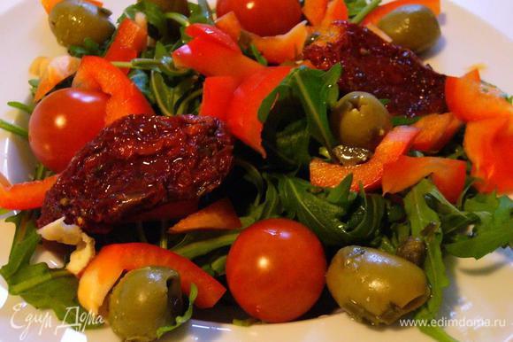 Украшаем вялеными томатами и маслинами / оливками.