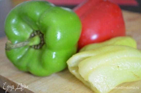 Перцы помыть, очистить от семян и перегородок и нарезать на полоски.