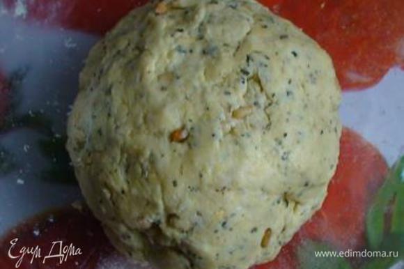 Смешать муку с разрыхлителем, базиликом и кедровыми орехами и объединить с ранее приготовленной смесью. Вымесить тесто.