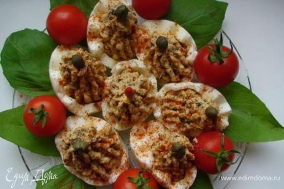 С помощью кондитерского шприца (или по-простому, ложечкой) выложить массу в половинки яиц, украсить каперсами. Можно посыпать блюдо паприкой.