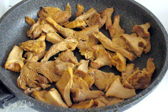На этой же сковороде обжарить лисички или другие грибы.