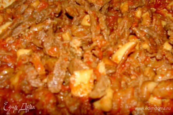 Добавить помидоры, соль, перец по вкусу и тушить до готовности.