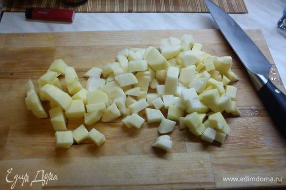 Нарезаем картофель, корень сельдерея, лук репчатый, лук-порей, морковь кубиком. В кастрюлю на огне немного растительного масла, туда все овощи, кроме картошки. Даем овощам потомиться и подружиться))).