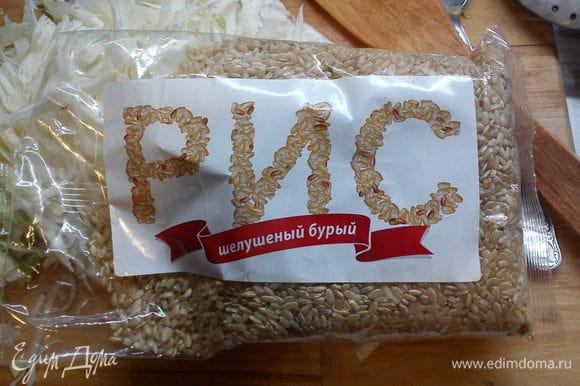 Затем добавляем бурый рис, даем потомиться вместе с овощами 2-3 минуты.