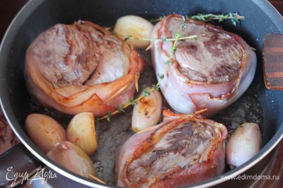 Время жарки регулируйте сами,тут зависит от толщины мяса, не менее 4-5 минут с каждой стороны.