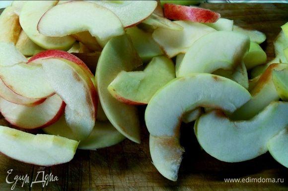Яблоки очищаем от сердцевины. И разрезаем. (Резать можно по разному). Для тех кто любит корицу, яблоки перед тем как выкладывать в форму, посыпать и перемешать с корицей
