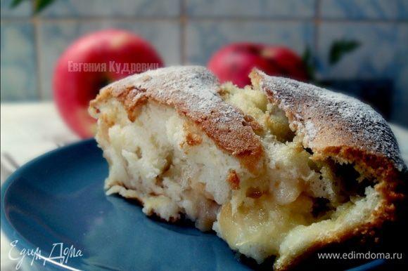 Форму смазываем слив. маслом, выкладываем яблоки и сверху выливаем тесто. Выпекать 30 минут . Перед подачей посыпать сахарной пудрой
