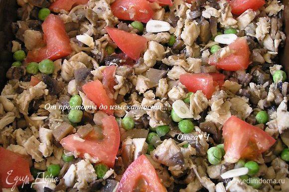 Сверху разложить зеленый горошек, мелко нарезанный чеснок и кусочки помидора.