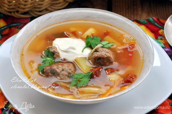 В кипящий бульон заложить все овощи и поварить практически до готовности. Влить бульон со сковороды и заложить фрикадельки. Добавить лавровый лист, соль, перец, томатную пасту. И нарезанные вяленые помидоры. Варить до готовности. Дать настоятся. Подавать со сметаной и ароматным итальянским хлебом. http://www.edimdoma.ru/retsepty/58785-hleb-s-parmezanom-i-italyanskimi-travami Приятного аппетита!!!!!!!!!!!!!!!