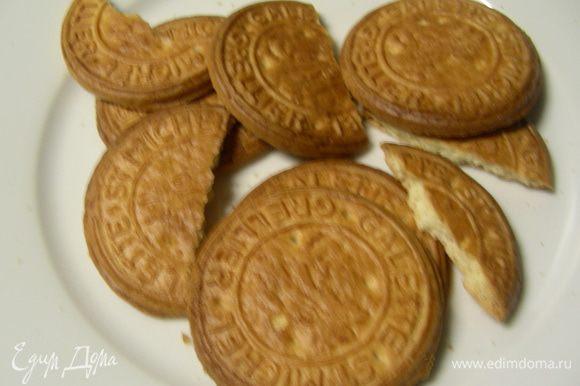 Печенье разламываем средними кусочками (можно их положить в целлофановый пакет и отбить скалкой).