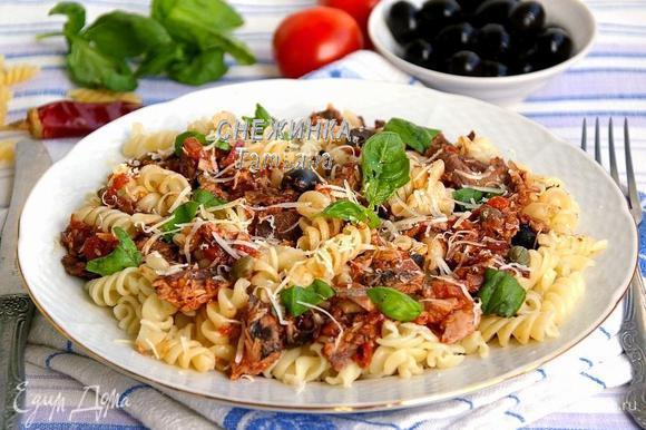 Сверху кладём соус с тунцом, слегка перемешиваем с пастой. Присыпаем пармезаном и рвём несколько листиков свежего базилика.