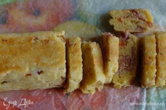 Запекать 20 мин. Затем достать полено из духовки и нарезать на кусочки толщиной 1-1,5 см, вернуть в духовку и подсушить еще в течение 20 мин.