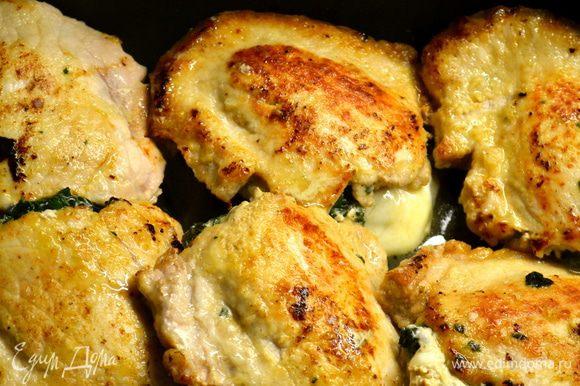 """Мясные """"кармашки"""" выложить в один слой в кастрюлю, форму (с крышкой), которая может быть поставлена в духовку."""