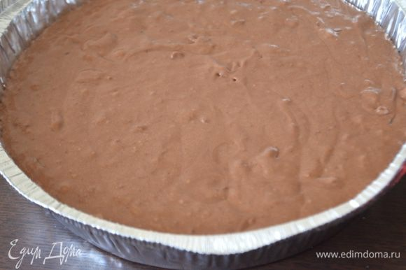 Тесто выливаем в форму, выпекаем при 180 гр. примерно 40 минут.