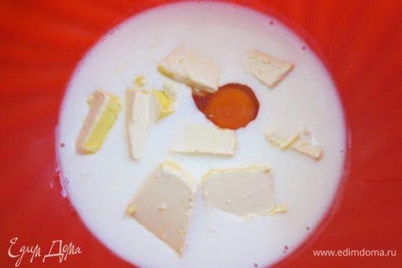 Кислое молоко налить в другую миску, добавить яйцо, масло.