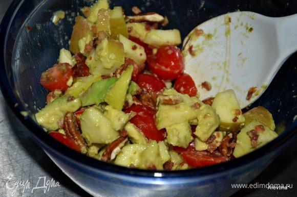 2 яблока сладких ,очистить и порезать кубиками, сбрызнуть. 2 стол. л сок лайма, добавить. 2 сред. авокадо очищенных- дольками, 1 стак. черри томаты, порезать на половинки, перемешать все.