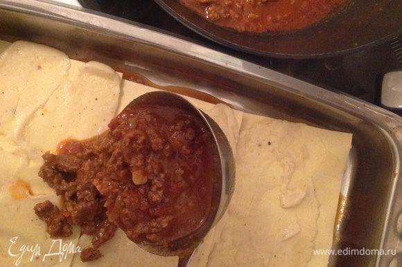 На дно формы положить немного соуса. На фарш лист пасты для лазаньи смазанный Бешамелем+ соус+ сыр. Так же поступаем с оставшимися ингредиентами.