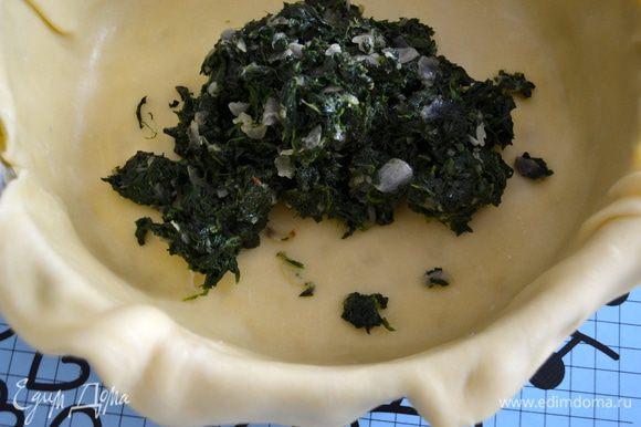 Выложить поверх теста начинку из овощей. Разровнять в один слой.