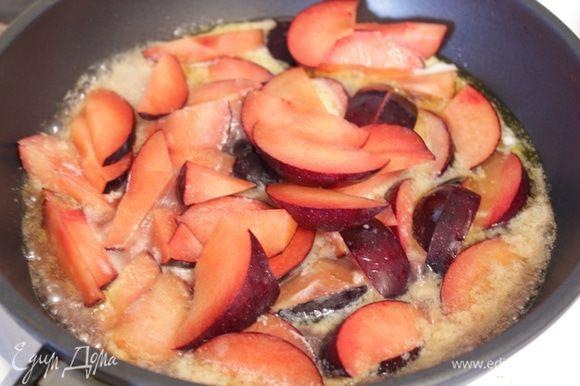 В эту же сковороду добавьте сливки, а затем порезанные сливы, потушите их до мягкости.