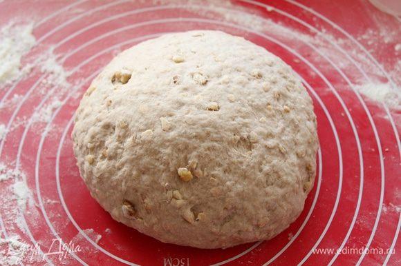 Замесите мягкое тесто, может остаться небольшая липкость. Не забивайте мукой.