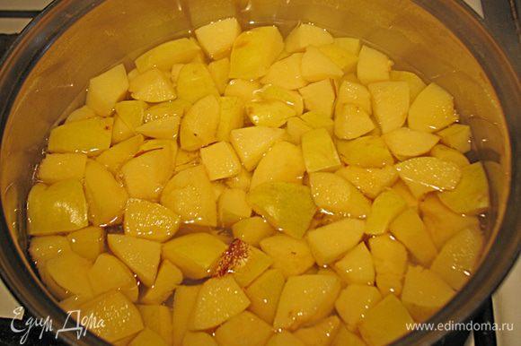 Когда вся айва нарезана, достаем из воды и даем ей стечь. Положить в кастрюлю добавить 2 стакана воды и варить на среднем огне до мягкости фрукты.