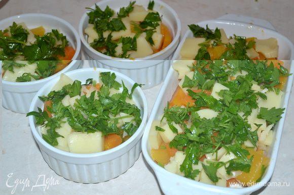 Моцареллу крупно порезать. Зелень тоже порезать. В жаропрочную форму выкладываем слоями тыкву, далее моцареллу, зелень, томатный соус.