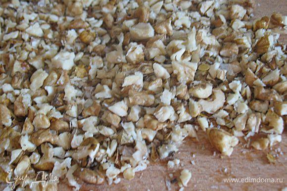 Грецкие орехи крупно нарезать и поджарить на сухой сковороде.