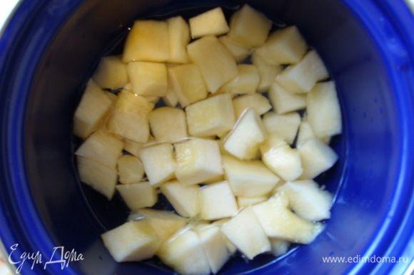 Тыкву почистить, порезать на кубики и варить в воде до готовности. Отдельно отварить картофель.
