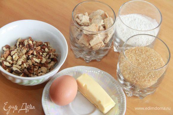 Подготовить продукты для коржа. Печенье и орехи размолоть в мелкую крошку.