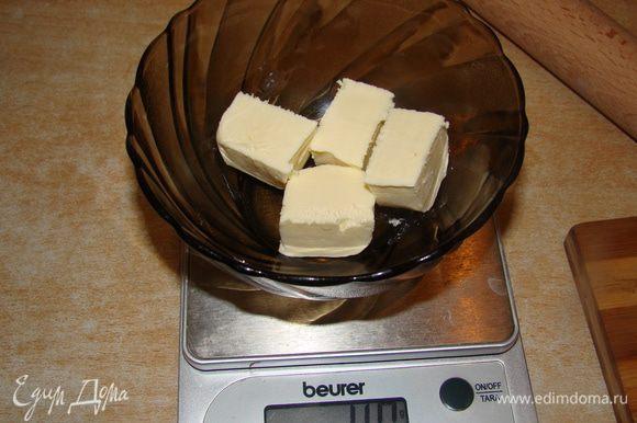 Растопить масло, размешать, утрамбовать в форму (предварительно выстелить пергаментом или пищевой пленкой) и поставить в холодильник.